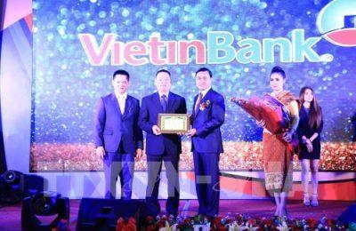 Thống đốc Ngân hàng Trung ương Lào Somphao Phaysith trao bằng khen cho đại diện Ngân hàng ViettinBank. Ảnh: Phạm Kiên - Phóng viên TTXVN tại Lào