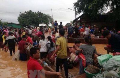 Người dân sơ tán khỏi khu vực ngập lụt sau sự cố vỡ đập thủy điện ở tỉnh Attapeu, Lào ngày 24/7 vừa qua. (Ảnh: KPL/TTXVN)