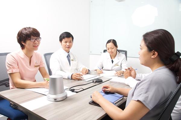 Các bác sĩ phòng khám Ung bướu SVCC tư vấn cho bệnh nhân.