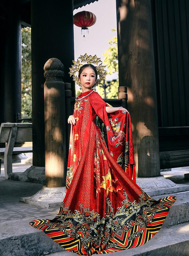 Phần thi trang phục dân tộc Hồng Lam