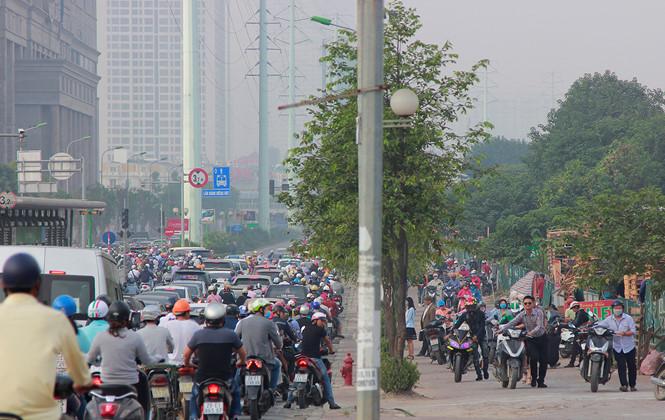Hàng nghìn người dân dắt xe máy khi thấy cảnh sát giao thông
