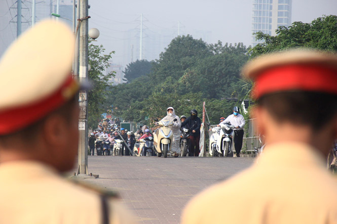 Lực lượng cảnh sát giao thông chỉ dẫn, tránh ùn tắc