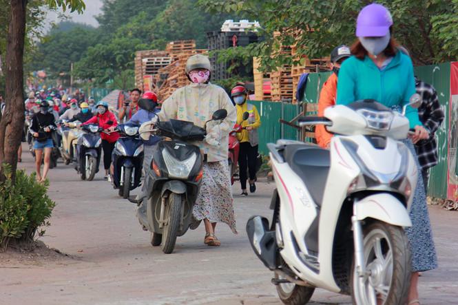 Người dân dắt xe né CSGT