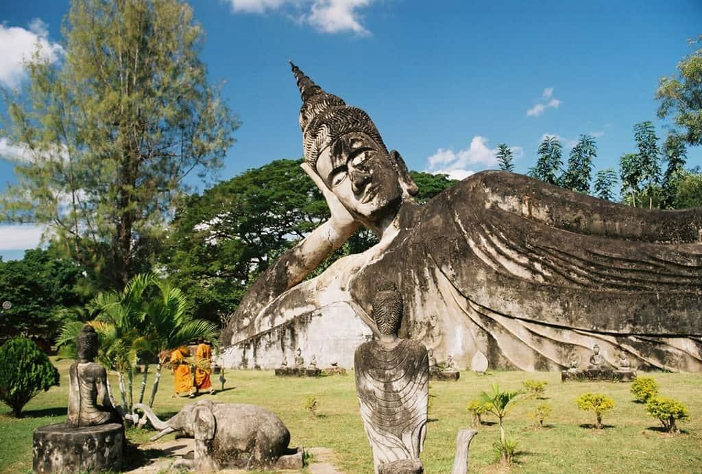 Tượng phật nằm tại Buddha Park.