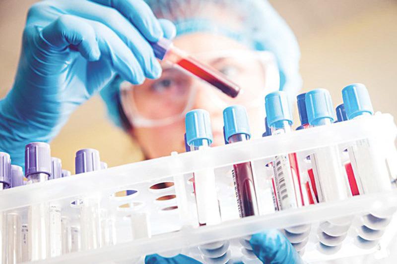 Đọc kết quả xét nghiệm máu.