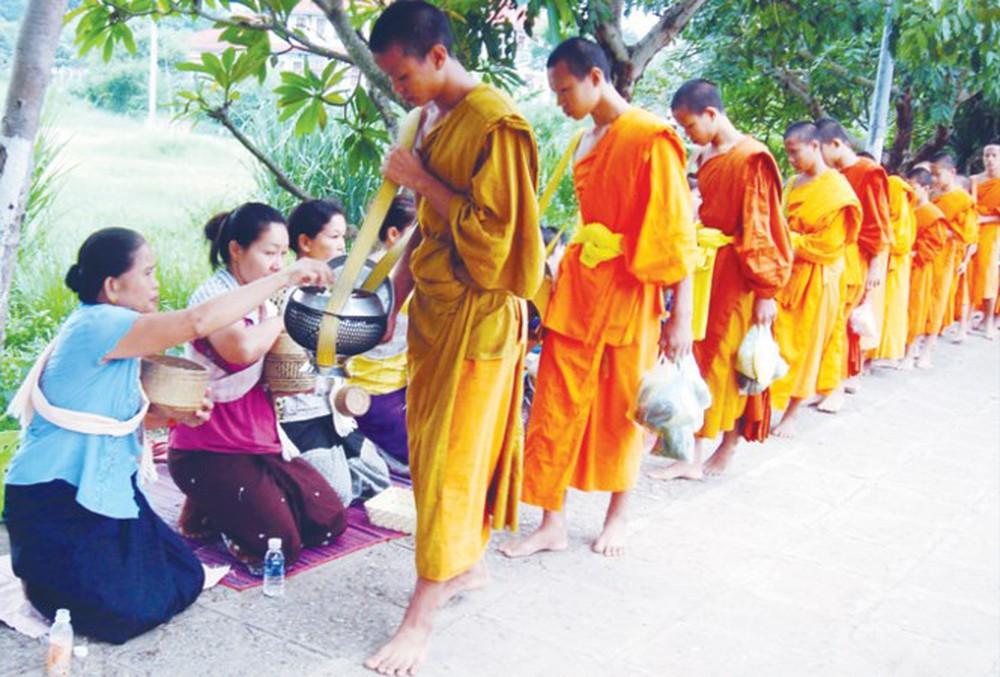 Tăng sĩ phật giáo tại Lào.