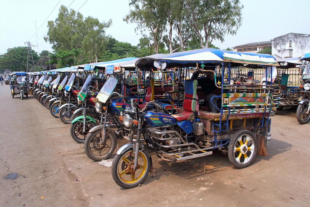 Xe tuk tuk tại Lào.