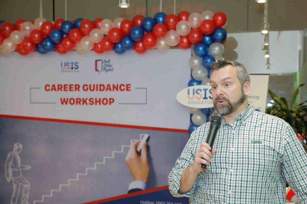 DIễn giả người nước ngoài tại buổi workshop chia sẻ về lý do và kinh nghiệm du học tại Mỹ do công ty Usis Education tổ chức