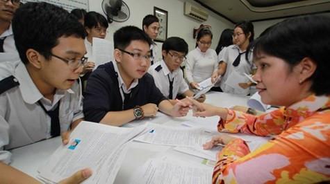 Giáo viên hướng dẫn học sinh cách làm hồ sơ ĐKDT