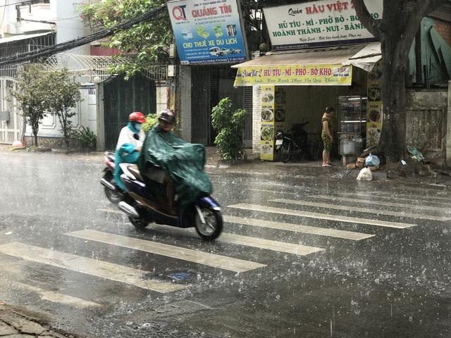 Ảnh mưa trên đường Hồ Văn Huê ngày 4-4