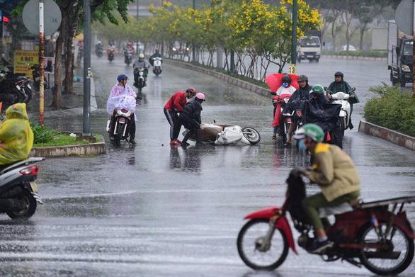 Đường trơn trượt trong cơn mưa