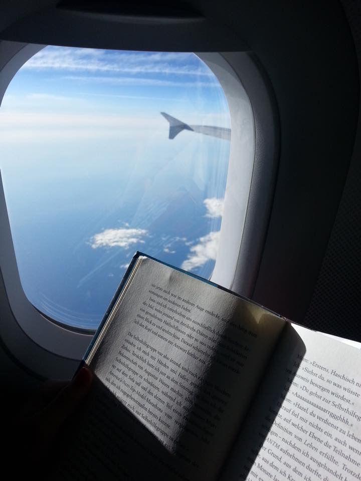 Đọc sách trên máy bay