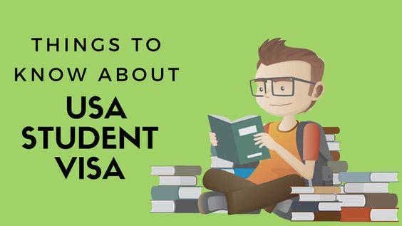 Cậu bé tìm kiếm nguồn thông tin về xin visa du học Mỹ qua sách báo