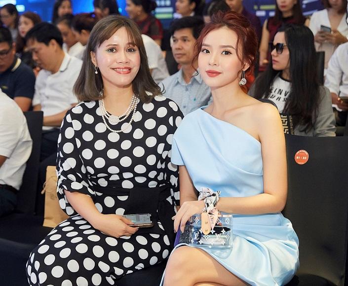 Bà Trần Hoàng Phú Xuân - Tổng Giám đốc Faslink (trái) cùng diễn viên Midu (phải)