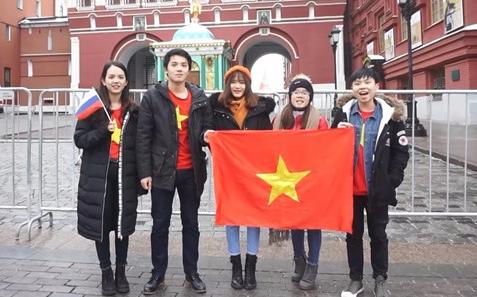du học sinh Việt Nam bên lá cờ tổ quốc