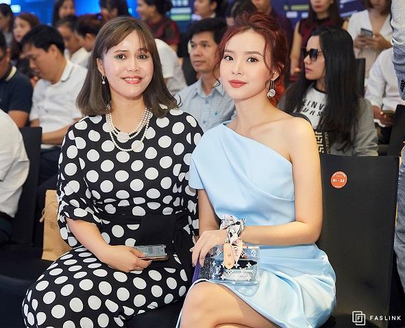 Bà Trần Hoàng Phú Xuân – Tổng Giám đốc Faslink (trái) cùng diễn viên Midu (phải)