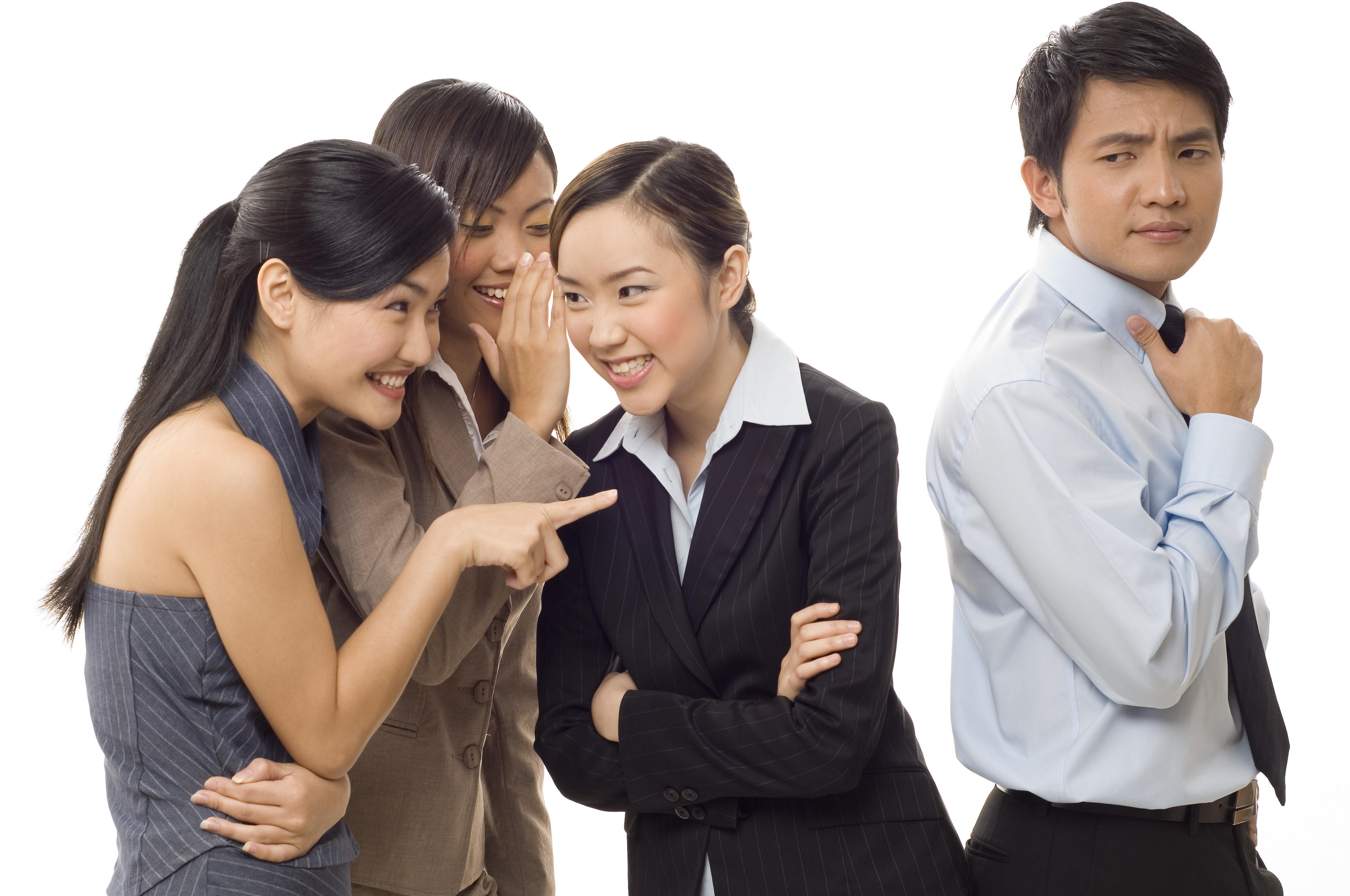 Hình ảnh những nhân viên văn phòng đang bàn tán