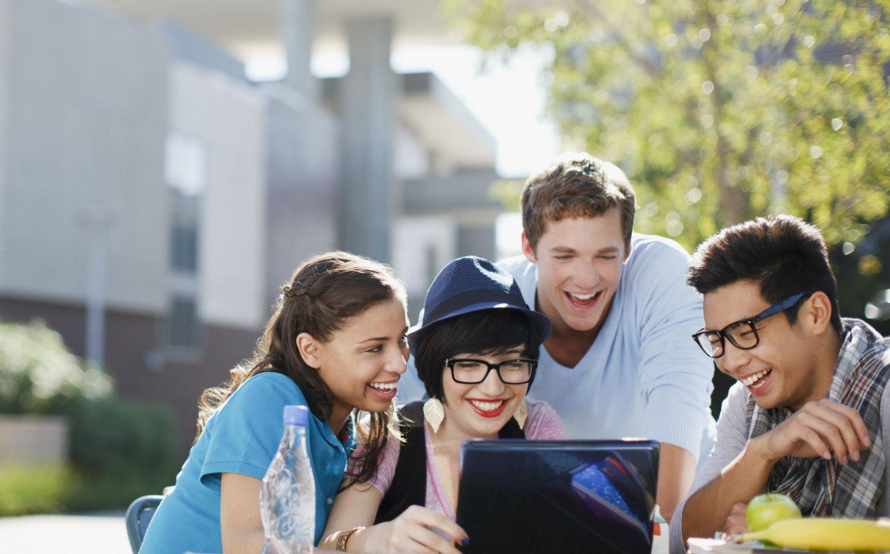 Các sinh viên đang theo học dự bị đại học đang nhìn vào thiết bị công nghệ