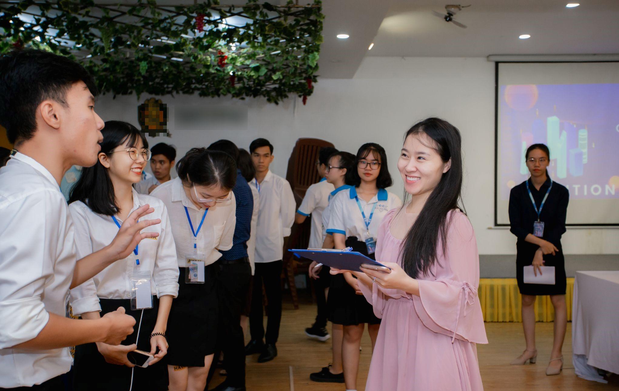 Cô giáo trẻ 9x Tố Linh với phương pháp giảng dạy hiệu quả