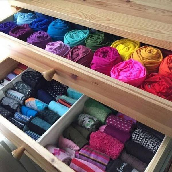 Cách xếp áo quần cuộn tròn đem lại cho chúng ta rất nhiều lợi ích, không chỉ tiết kiệm được diện tích mà áo quần khi cuộn tròn lại không bị nhăn