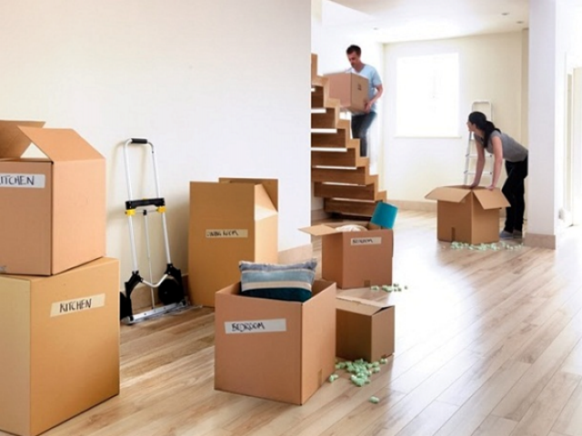 Phân loại và sắp xếp đồ đạc ngăn nắp vào từng thùng carton sẽ giúp bạn dễ dàng hơn trong việc vận chuyển
