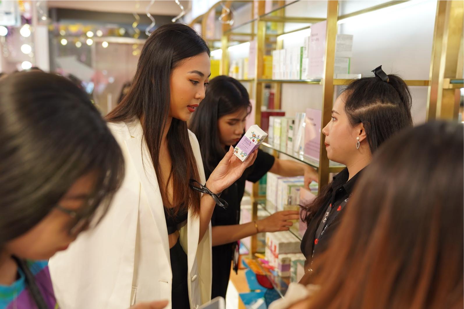 Khách hàng chọn lựa sản phẩm tại Store Lixibox